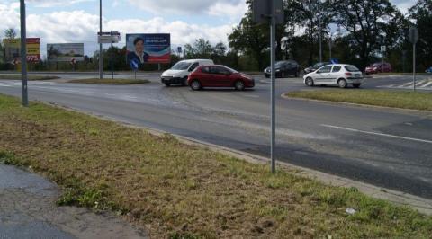Uwaga kierowcy! Żwir i piach na skrzyżowaniu Nawojowskiej z obwodnicą.