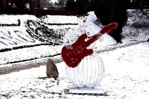 Bałwan z gitarą i bombka gigant. Tak Muszynę udekorowali na Boże Narodzenie