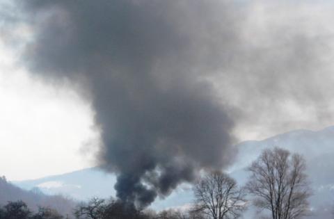 Romowie rozpalili takie ognicho, że kierowcy na drodze Maszkowicach utonęli w dymie