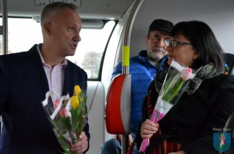 Nowy Sącz: tulipan od prezydenta. Niespodzianka dla pasażerek MPK [FILM]