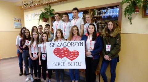 """Serce-Sercu: Uczniowie z Zagorzyna zbierali produkty. Przygrywała im kapela """"Pogwizdani"""""""