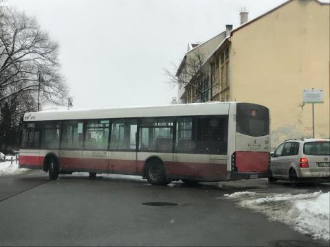 Stłuczka na ul. Mickiewicza. Osobówka zderzyła się z autobusem MPK