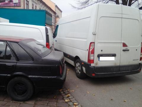 """""""Święta krowo"""": Nie czyń drugiemu, co tobie niemiłe… Jeden wóz, zablokowane trzy kolejne"""