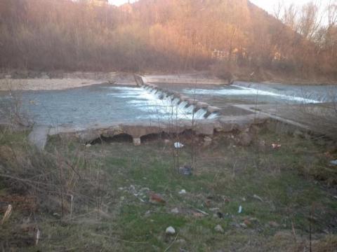 Rozsypujący się stopień wody na Kamienicy w Nawojowej