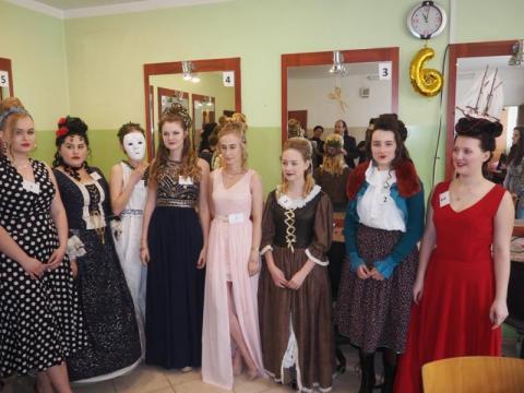 Fryzury barokowe, średniowieczne… Młode fryzjerki dały popis swoich umiejętności