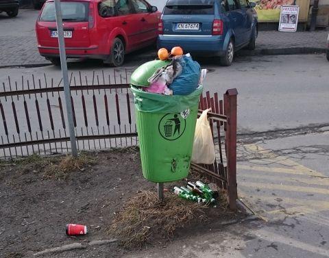 Kosze uliczne na ulicy Sobieskiego, w rejonie Rynku Maślanego, zostały w dniu wczorajszym (3 lutego) opróżnione i zdemontowane