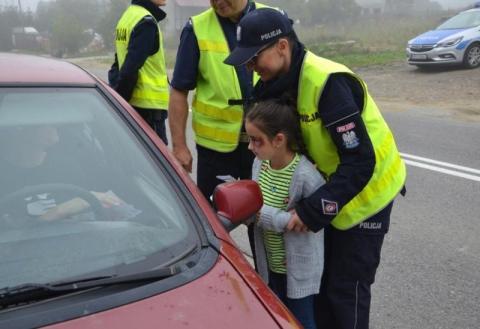 Dzieci wzięły udział w policyjnej akcji. Kierowcy dostali ulotki i rysunki