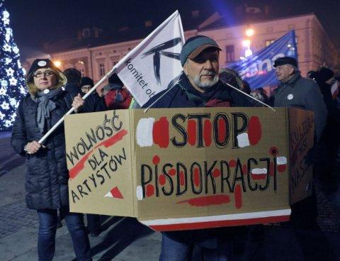 Ojciec Borysa Szyca na demonstracji KOD