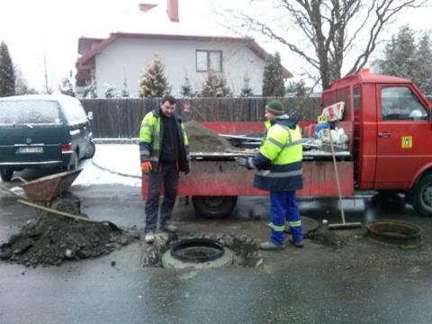 Nowy Sącz: Jeden telefon i drogowcy już naprawiają studzienki na Barbackiego [WIDEO]