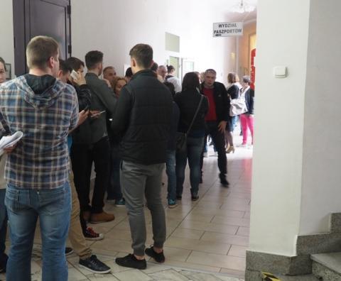 Za czym kolejka ta stoi? Tłumy w Delegaturze Urzędu Wojewódzkiego w Nowym Sączu