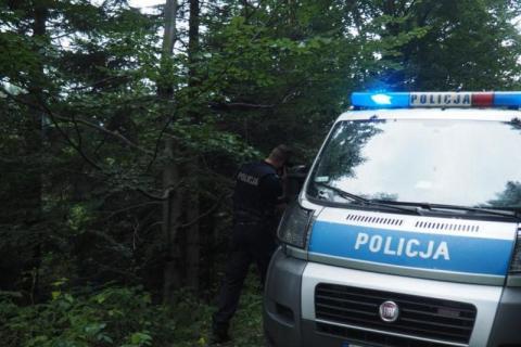 Poszedł do sklepu. Kilka godzin nie wracał. Policjanci znaleźli go w lesie