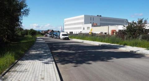 ulica przy której stoi budynek ciągle nie ma nazwy ani patrona