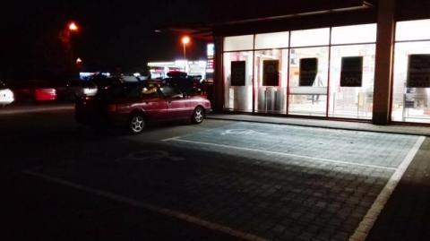 święta krowa na parkingu