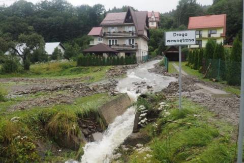 Mieszkańcy Szczawy przeżyli koszmar. Musieli uciekać z domów [WIDEO]