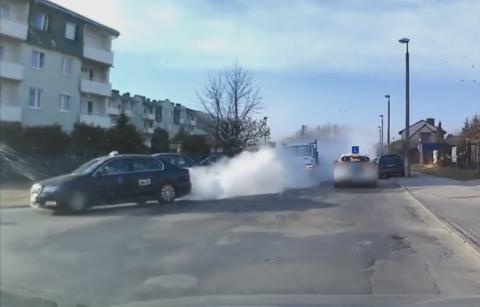 Taksówka zapaliła się w trakcie jazdy. Pojazd spłonął doszczętnie