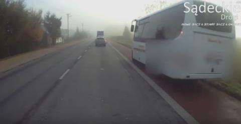 Pomylił autobus z rowerem i ścieżkę rowerową z drogą [WIDEO]