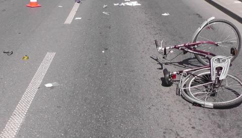 Mogło dojść do tragedii. Rowerzysta potrącony przez samochód został zabrany do szpitala