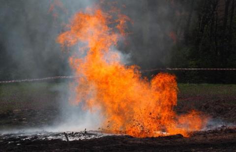 Sękowa: płonie ropa i gaz, które trysnęły z ziemi [WIDEO]