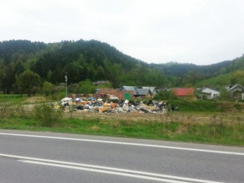 śmieci w osadzie romskiej w Maszkowicach