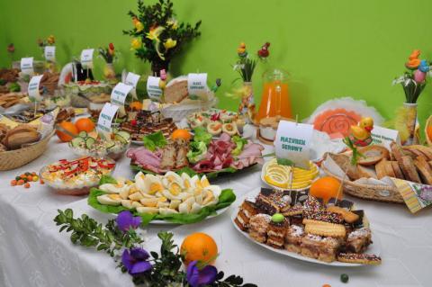 stół wielkanocny z cateringu
