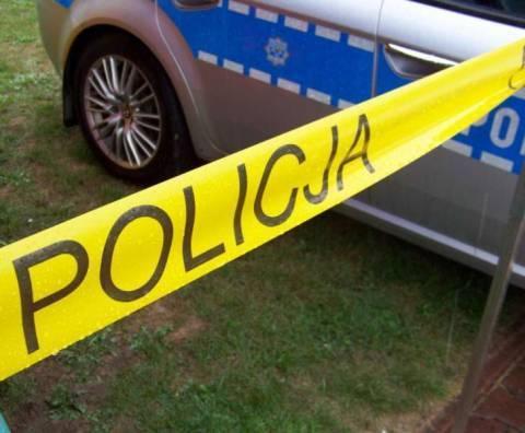 Znaleziono zwłoki kobiety w przydrożnym rowie. Kilkadziesiąt metrów od domu