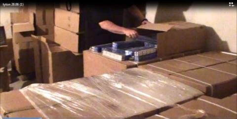 Tona tytoniu i papierosy w rękach policji. 58-latek usłyszał zarzuty [FILM]