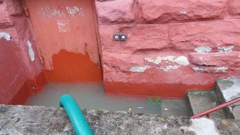 Zalana szkoła w Polanach. Półtora metra wody w piwnicy