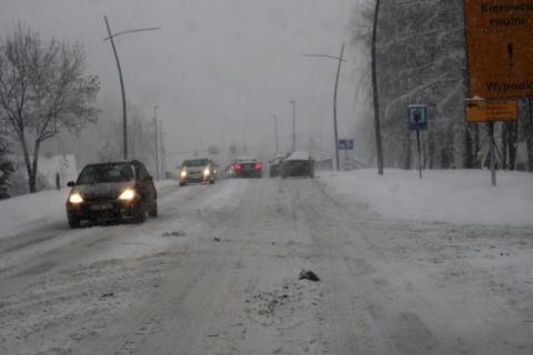 Nowy Sącz: jest śnieg, się zbiera, jest hałda, jest sęk i wypadek. Taki klimat