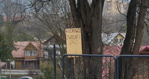 """Krynica-Zdrój: mieszkańcy mówią """"basta!"""" rajdowcom. Czy ten znak pomoże?"""