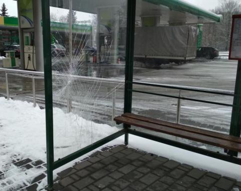 Niszczyli przystanek na ul. Prażmowskiego. Wpadli w ręce policjantów