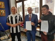 Podpisy w sprawie budowy stadionu Sandecji, fot. Iga Michalec