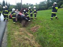 Samochód zawisł na betonowym przepuście. Kobieta zakończyła podróż w szpitalu