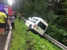 Samochód wjechał w bariery ochronne. W każdej chwili mógł sie przewrócić