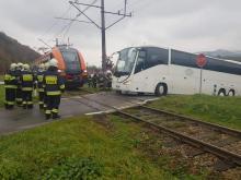 O włos od tragedii. Autobus utknął przed przejazdem kolejowym [ZDJĘCIA]