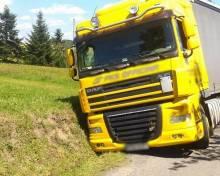 TIR wpadł do rowu! Co robił na wąskiej drodze w Brzeznej? [FOTO]