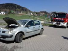 Pożar w Cieniawie. Na parkingu przed sklepem palił się samochód