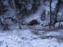 Samochód spadł ze stromej skarpy do potoku. To cud, że nikt nie zginął