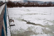 Dunajec zatrzymał się skuty lodem. Będzie z tego powódź? [ZDJĘCIA]