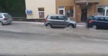 Krynica-Zdrój: rwące potoki na ulicach. Strażacy pompują wodę z budynków
