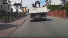 Sądeckie Drogi: podczas jazdy przy ciężarówce odpięła się burta [WIDEO]