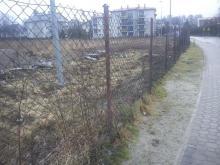 Wysypisko śmieci tuż koło szkoły! Bo kilka osób kłóci się o grunt? [ZDJĘCIA]
