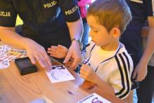 Policjanci pobierali odciski palców dzieciom. Co się stało?
