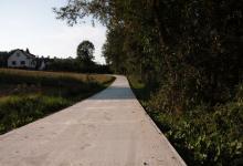 W końcu będą mieli dojazd do domu. Nowa betonowa droga już prawie gotowa