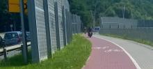 Nowy Sącz: motory rozjeżdżają trasę rowerową i jeszcze to zejście donikąd