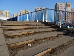 Kładkę na ul. Nawojowskiej w Nowym Sączu zżera rdza