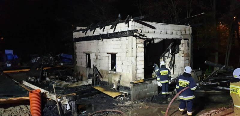 W Grybowie płonął warsztat samochodowy. Strażacy trzy godziny gasili pożar