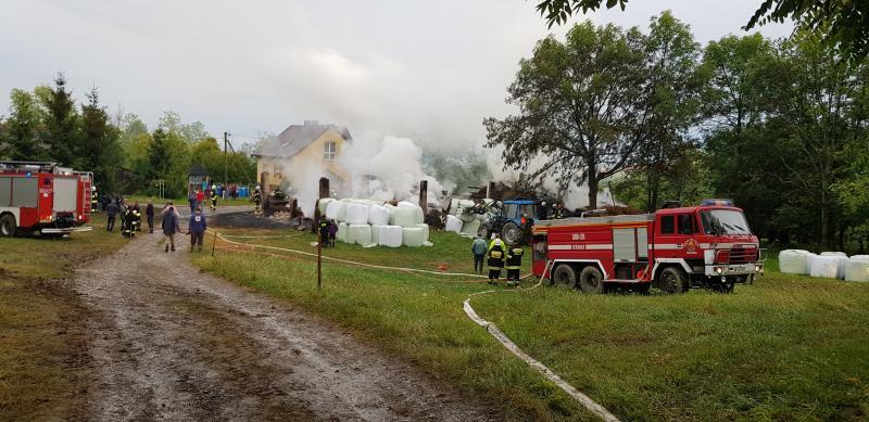 Wielki pożar na granicy powiatów. Piorun uderzył w budynki gospodarcze [WIDEO]