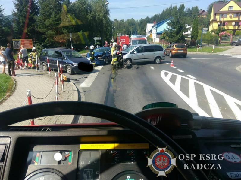 Łącko: zderzyły się dwa auta, bo ktoś nie potrafi skręcać. Są poszkodowani