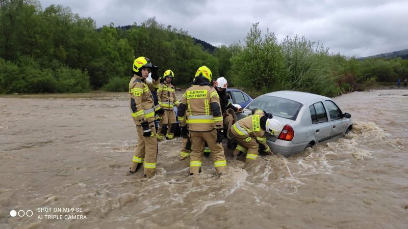 Wylała rzeka Biała. Zalała parking przy kościele i zniszczyła cztery samochody