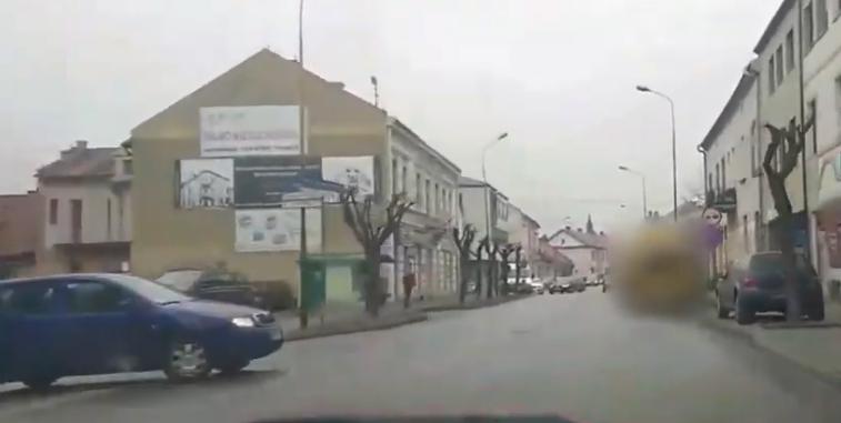Szalony kierowca na drodze. Omal nie doprowadził do wypadku